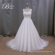 Vestido de noiva com flores sobre o vestido de noiva de cintura