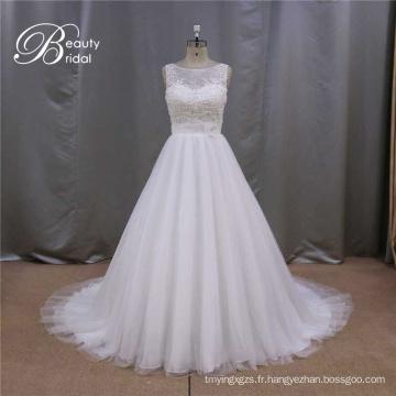 Robe de mariée avec des fleurs sur la robe de mariée taille