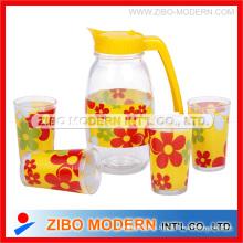 Botellas claras de vidrio para bebidas con vaso de vidrio
