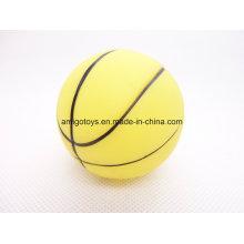 Желтый ребенок играет в спортивный мяч