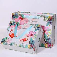 Saco de papel reciclável com impressão de flores