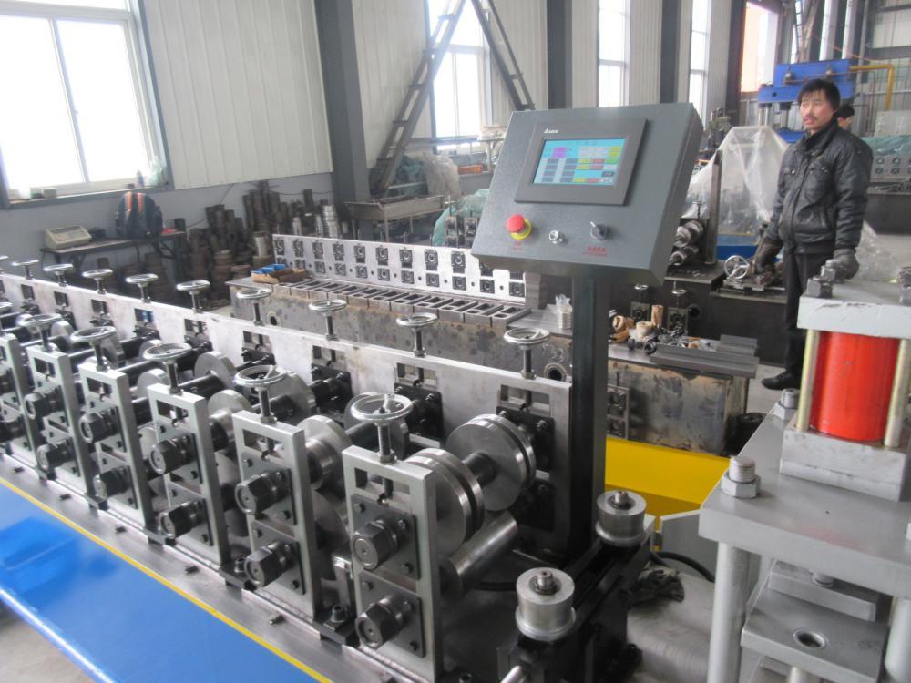 Línea de producción de productos de canal de Furring de Metal de acero de luz