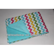 Großhandels-Doppelschicht-Polarfleece-Decke mit ganzem Wave-Druck auf der einen Seite und schlicht auf einer anderen Seite