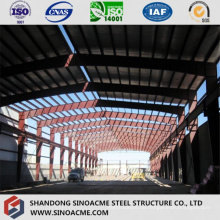 Schwere Stahlkonstruktions-Werkstatt mit dem Kran, der heraus erreicht
