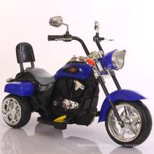 Les enfants chauds de vente montent sur la moto de jouet