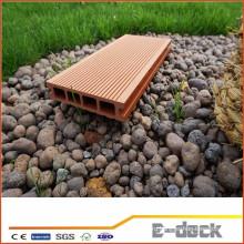 Влагостойкая гладкая поверхность WPC-настила для применения в саду