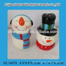 Salero de cerámica popular y coctelera de pimienta para la Navidad