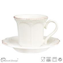 Taza de té y taza de cerámica clásica con cepillo marrón