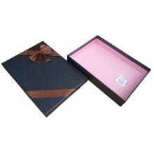 Schwarze Pappschachteln für die Hemden, die mit Bogen verpacken