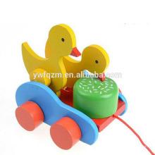 tirando a lo largo de juguete de línea de juguete de coche de cuerda