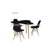 table basse en bois de forme irrégulière noire