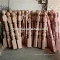 Barandilla de roble rojo antiguos postes tallados en madera.
