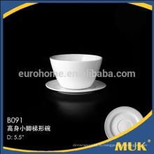 Фарфоровая маленькая кофейная чашка с блюдцем