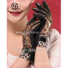 Forme a señora los guantes elegantes del tacto