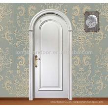 Puerta de madera de entrada clásica