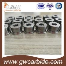 Работник берет в руки карбида вольфрама ролик кольцо в Китае