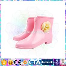 Zapatos lindos de la lluvia de la muchacha rosada del color