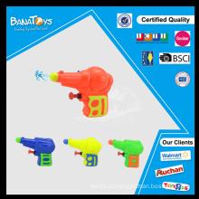 Criança, jogar, água, brinquedo, plástico, imitação, brinquedo, arma