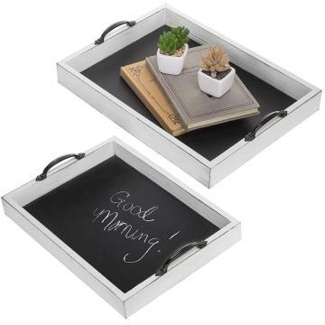 Serviertablett aus Holztafel mit dekorativem Griff