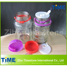 Большой стакан водой банку с герметичной пластиковой крышкой