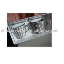 Mettre 2 tasses en porcelaine avec une bande et une tache dans la boîte cadeau pour BS09233