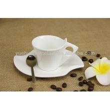 Vasos de té de plata de cerámica a granel y platillos baratos.