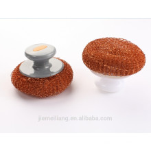 Nettoyage de la cuisine à l'aide d'un gommage en mousse métallique à boule métallique revêtue de cuivre