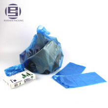 Engrosamiento tirando de bolsas de basura de plástico transparente