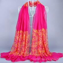 Modèle hijab à la mode avec ligne fleur