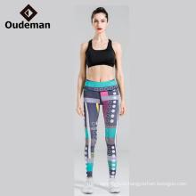 Сексуально активная носить сложите женщина, туго леггинсы йога на складе