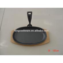 Plato de hierro fundido con chispa y base de madera
