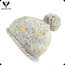 Inverno com chapéu de tricô de bola