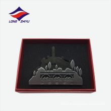 As montanhas de estilo chinês formam o titular do cartão de nome metálico