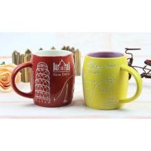 Taza de café de cerámica con el patrón 3D