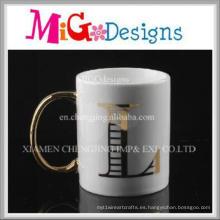 Impresión de la taza de cerámica hecha a mano decorativa de la manija de oro