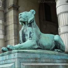 Estatua del león de bronce del jardín de la venta 2018 caliente que miente abajo de la yarda en
