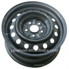 Черное зимнее стальное колесо для легкового автомобиля