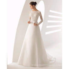 Longue robe de mariée en dentelle et organza