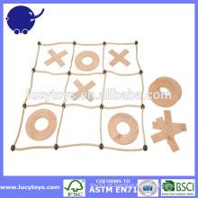 Noughts de madeira das crianças e jogo das cruzes