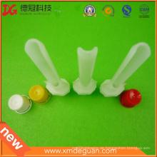 Angemessener kundenspezifischer Plastikauslauf mit Kappen-Lieferanten