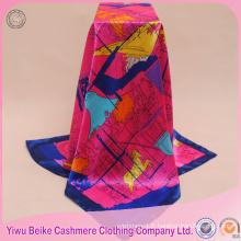 Le produit le plus populaire écharpe en soie carrée imprimée par cheval satin pour la malaisie
