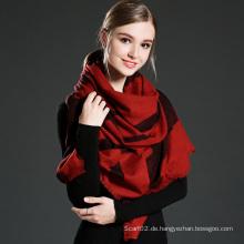 Der rote Spitzenschal Paschmina des Mädchens