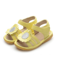 Sandalias amarillas del bebé con el girasol grande