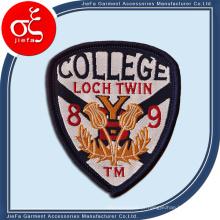 Remendo / emblema do bordado do logotipo do projeto do preço de fábrica para a escola formal / clube