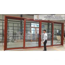 Puertas corredizas interiores de vidrio con marco de madera.