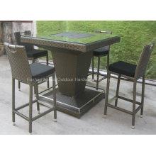Mesa de bar al aire libre con silla de ratán