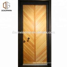 Puerta de entrada de la puerta principal con diseños de puertas de roble con duelas horizontales.