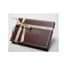 Boîte à emporter cadeau à la main au chocolat à la main avec ruban