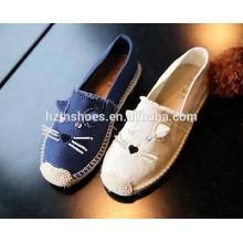 El gato barato de los zapatos ocasionales de las muchachas embroma los zapatos de la alpargata