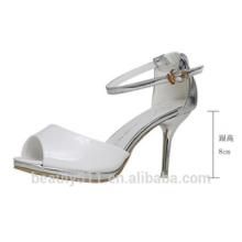 Les chaussures de poisson-bouche sont portées avec une boucle d'un mot et des sandales décontractées blanches WS042